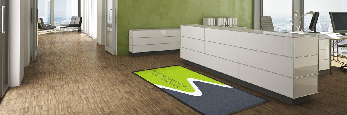 Fußmatte vor gerader Rezeption